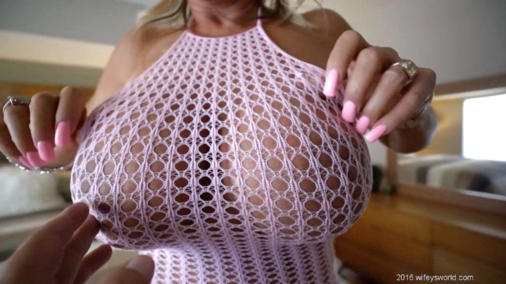 Белокурая домохозяйка гордится огромными силиконовыми дойками - секс порно фото