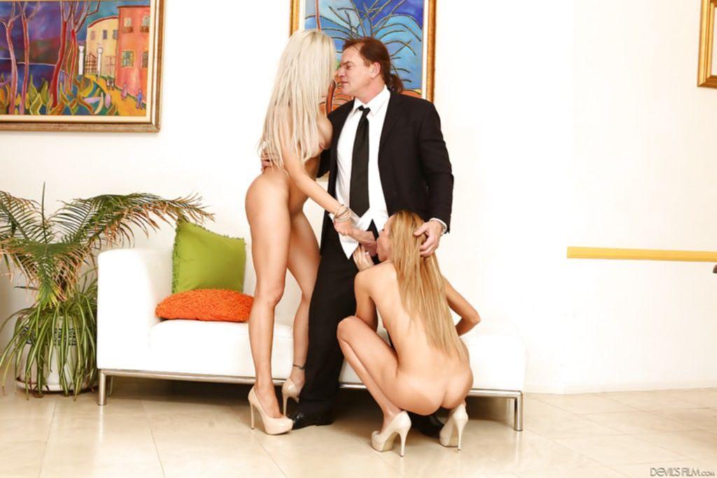 Блондинка с подругой наперебой сосет член мужа - секс порно фото