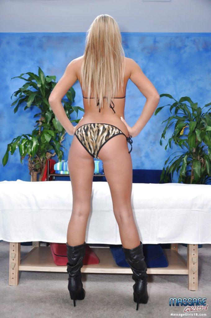 Блондинка снимает трусики и засвечивает упругую попку - секс порно фото