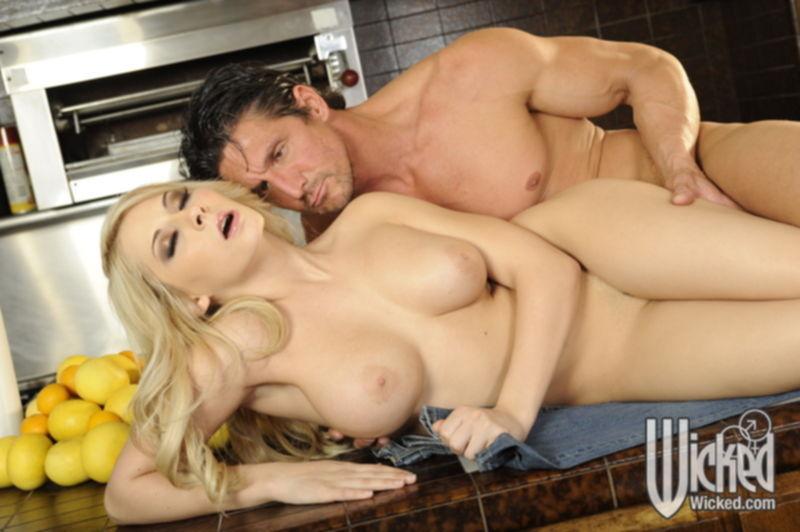 Грудастую блондинку после минета трахают в киску с интимной стрижкой - секс порно фото