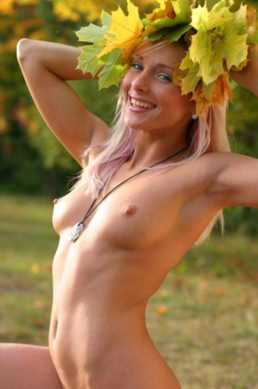 Белокурая гимнастка позирует в осеннем лесу голышом - секс порно фото