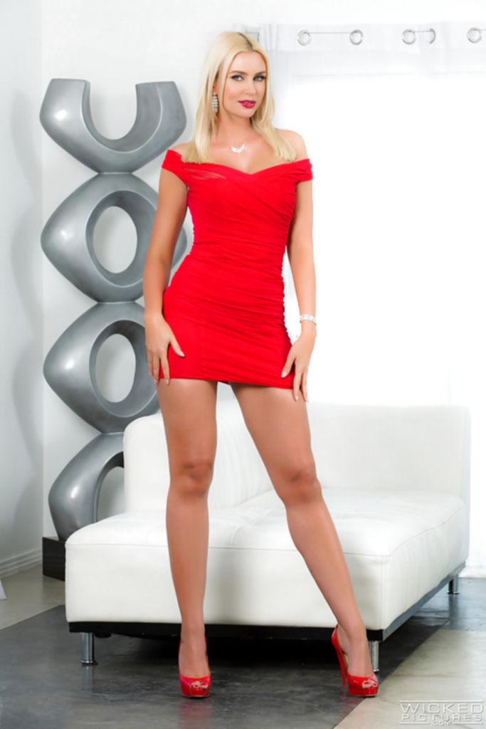 Гламурная блондинка освобождает из платья силиконовые сиськи - секс порно фото