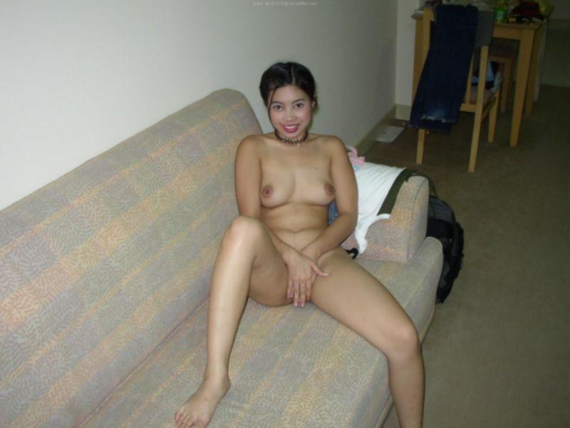 Раскованная азиатка проветрила волосатую пилотку - секс порно фото