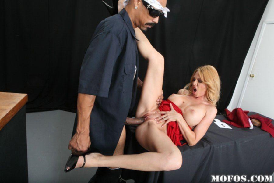 Пошлая мамашка сосет большой пенис и дает негру - секс порно фото