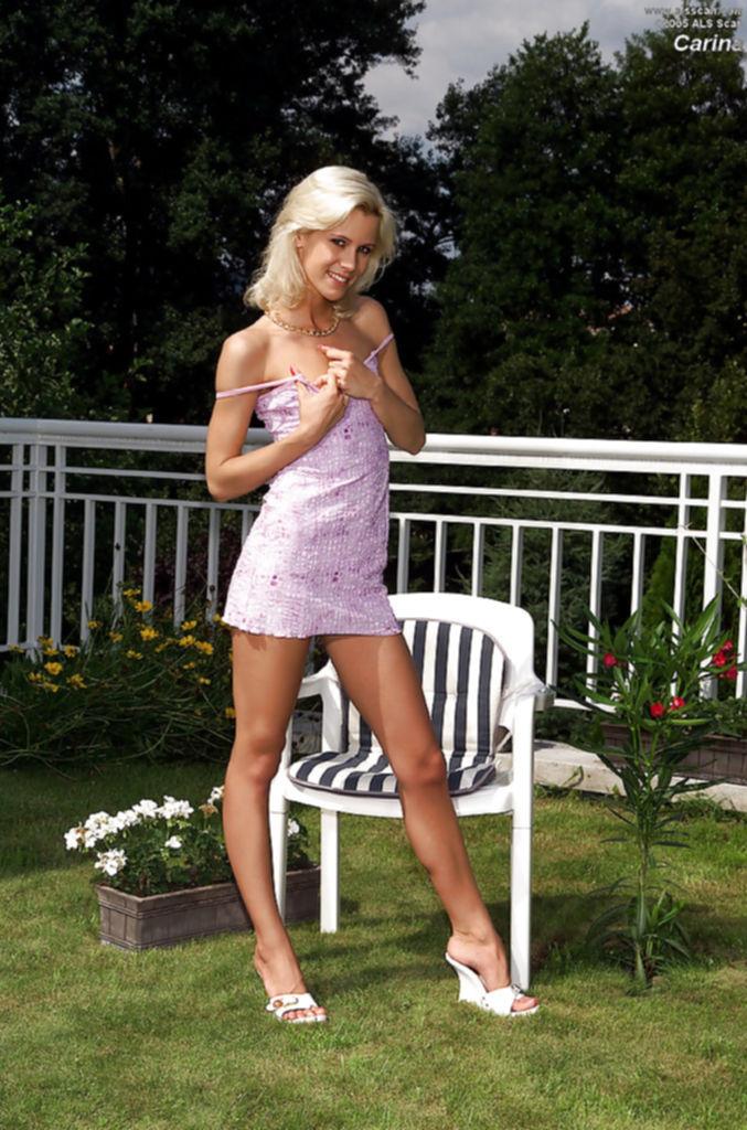 Худая блондинка с 1 размером сисек загорает во дворе голышом - секс порно фото