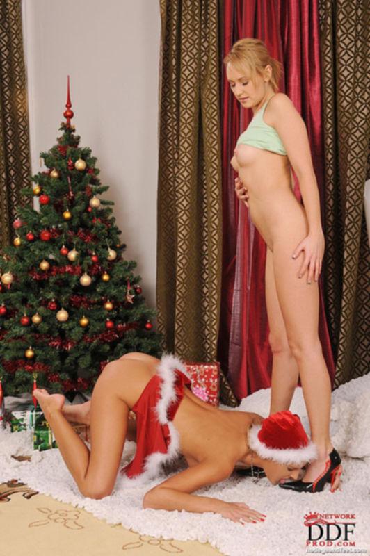 Горячие лесбиянки развлекаются возле ёлки с подарками - секс порно фото