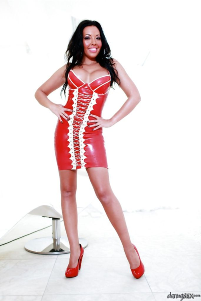 Мамаша Tamara Grace в латексном платье оголяет пирсингованные титьки - секс порно фото