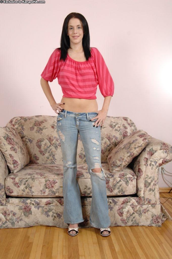 Брюнетка в рваных джинсах дрочит письку на кастинге - секс порно фото