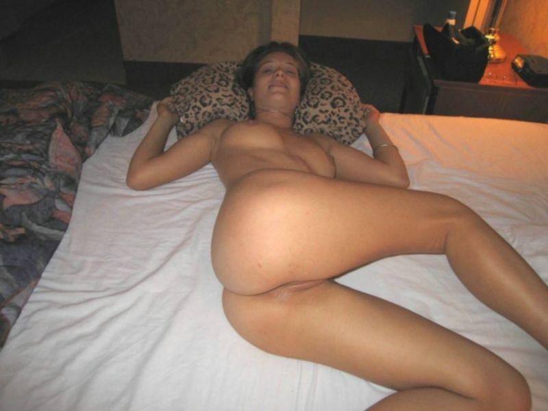 Парень трахает подругу без презерватива и веселит ее - секс порно фото