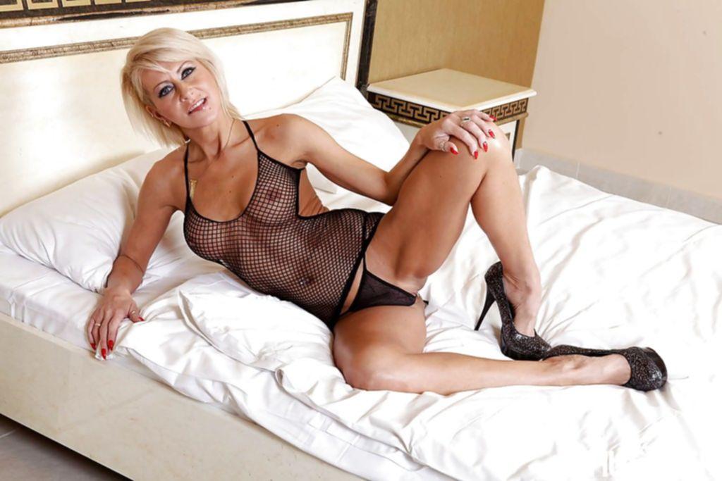 Негр имеет жену на глазах мужа в их спальне - секс порно фото