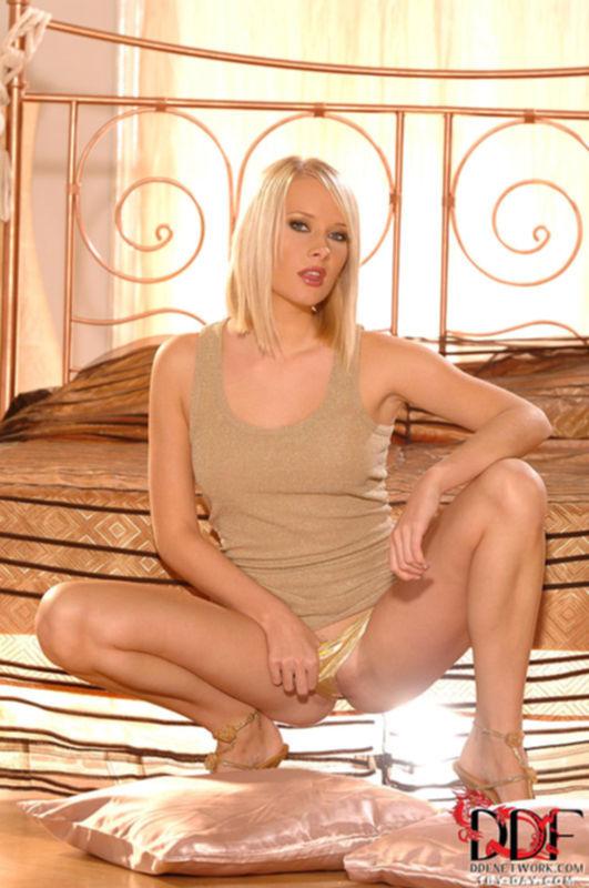 Горячая блондинка встала раком и раздевается в спальне - секс порно фото