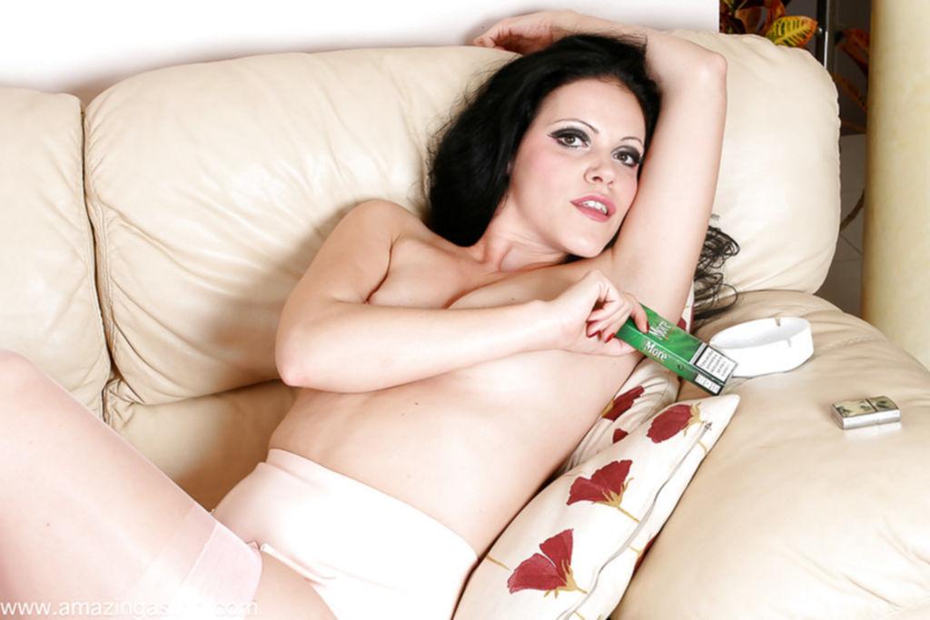 Эро-модель позирует на высоких каблуках и курит сигарету - секс порно фото