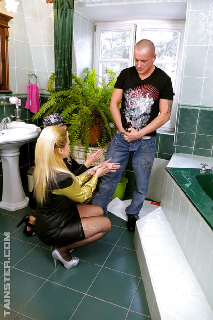 Лысый мужик трахает в ванной двух горячих блондинок - секс порно фото