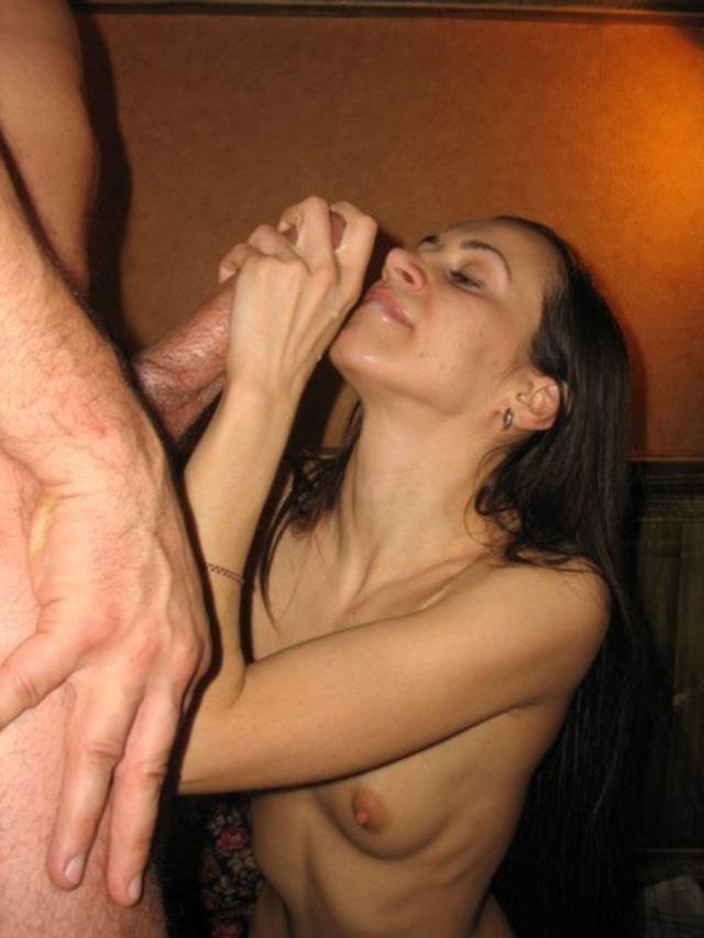 Худощавую девицу жарят два мужика на кровати - секс порно фото
