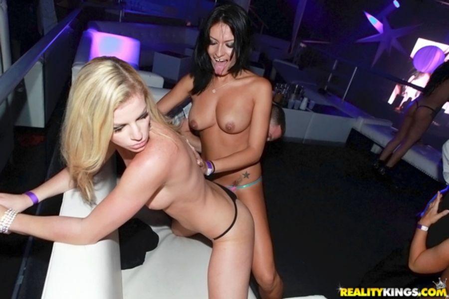 Пьяная оргия на вечеринке в ночном клубе - секс порно фото