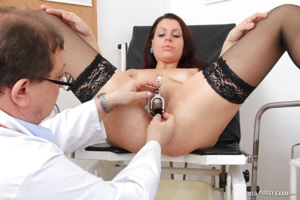 Мамуля в чулках пришла на осмотр к гинекологу - секс порно фото