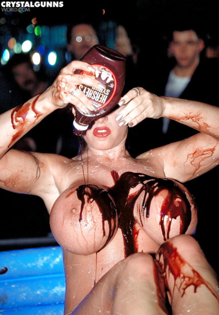 Мамуля обмазывает себя шоколадом в стрипклубе - секс порно фото