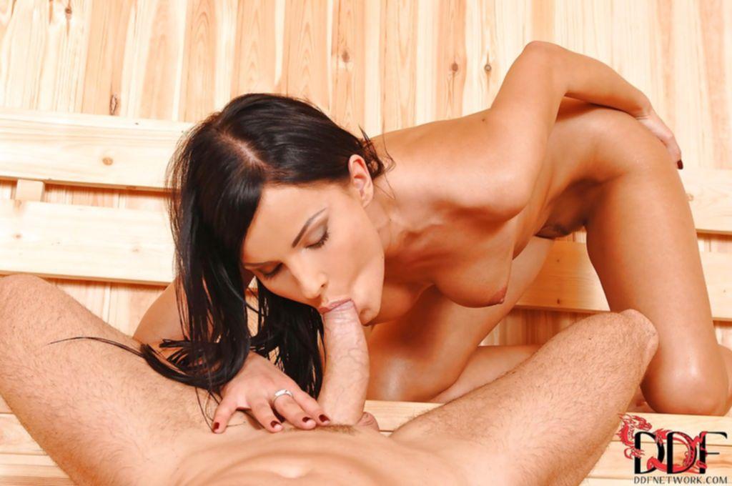 Брюнетка в бикини делает минет в сауне - секс порно фото