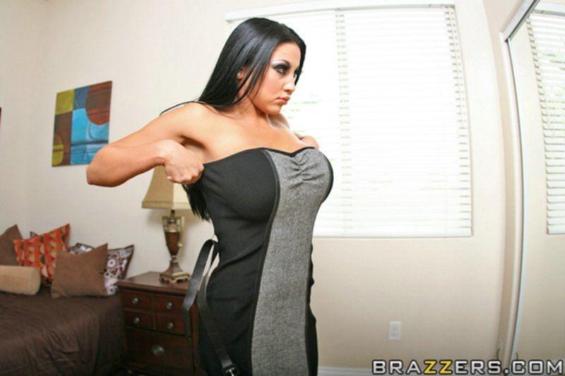 Грудастую брюнетку после минета надевают на большой член - секс порно фото