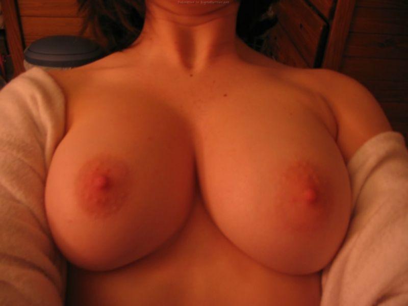 Мамочка оголила большие дойки в зеркале - секс порно фото