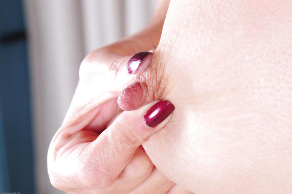Кучерявая брюнетка ласкает пальчиками киску - секс порно фото