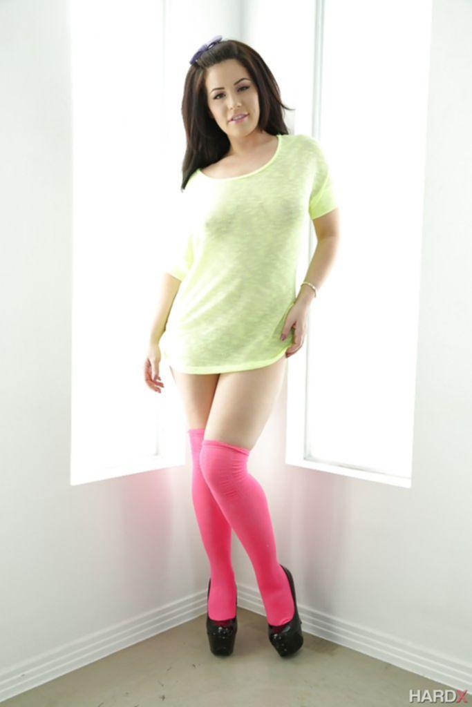 Жгучая брюнетка позирует для журнала в розовых чулках - секс порно фото