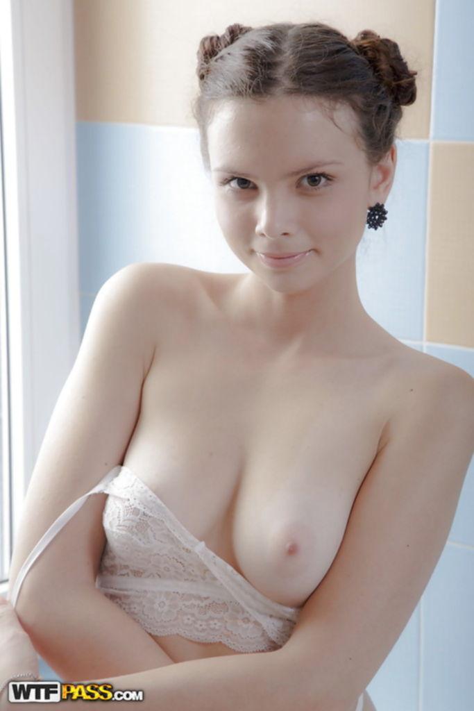 Красивая модель освобождает сиськи от бюстгальтера и щупает вульву - секс порно фото