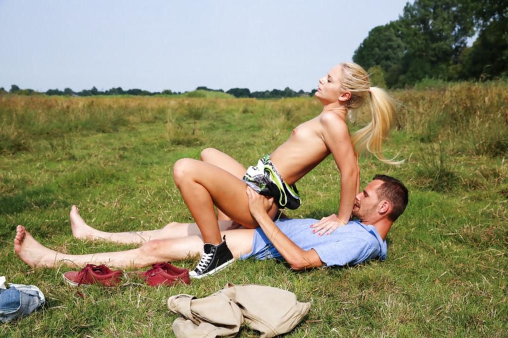 Парень трахает молодую блондинку раком на природе - секс порно фото