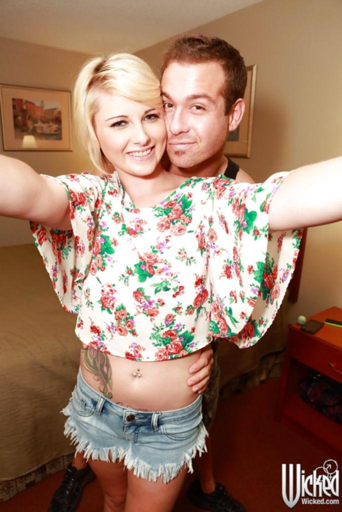 Селфи сочного минета с камшотом от короткостриженной блондинки - секс порно фото