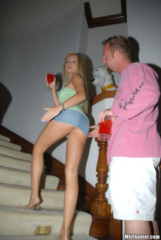 Горячая блондинка трахает парня у себя дома на бордовых простынях - секс порно фото