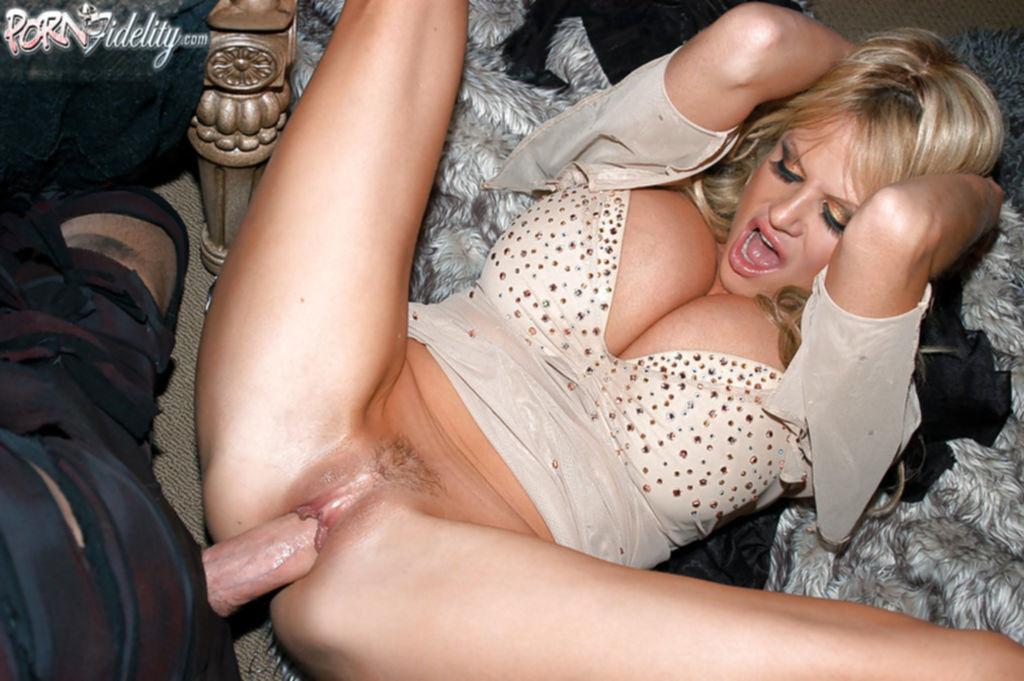 Секс втроем с двумя зрелыми ведьмочками во время Хеллоуина - секс порно фото