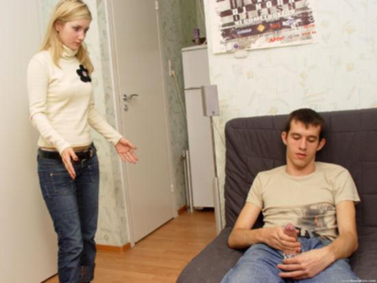 Наглый парень гнет и трахает свою любимую подругу - секс порно фото