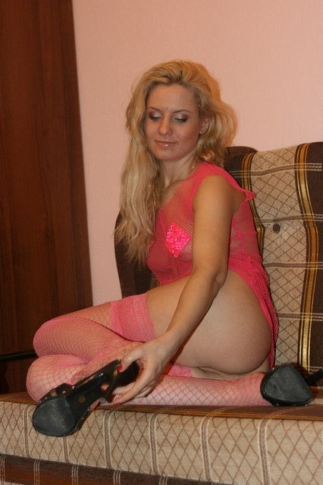 Гламурная блондинка в эротической блузке и чулках розового цвета - секс порно фото