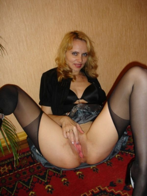 Замужняя блондинка раскрывает пилотку дома и в дачном саду - секс порно фото