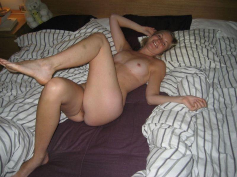 Домашняя блондинка раздевается и ублажает парня со стояком - секс порно фото