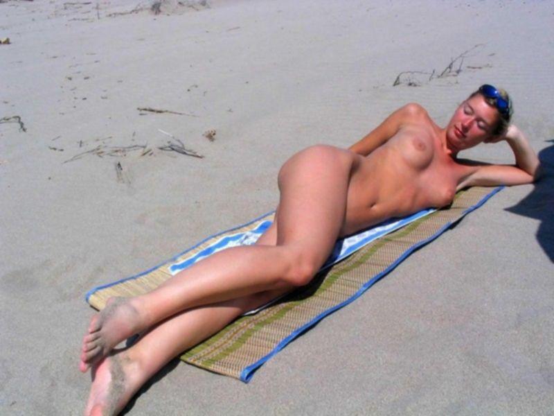 Блондинка на пляже раздвигает ноги даёт киске загореть - секс порно фото