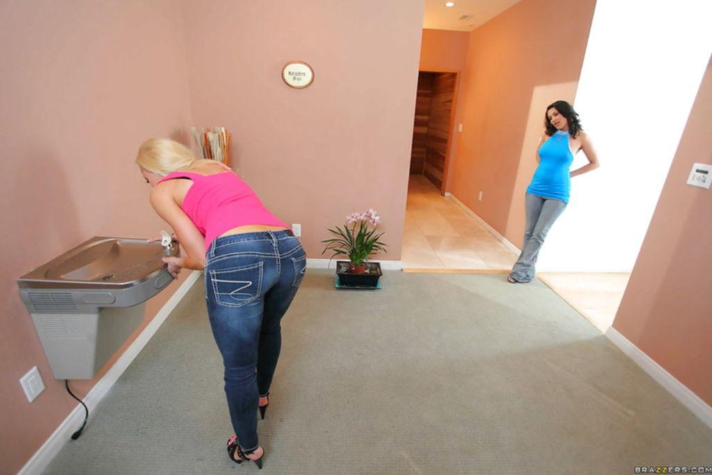 Грудастые лесбиянки лижут друг дружке дырочки в бане - секс порно фото