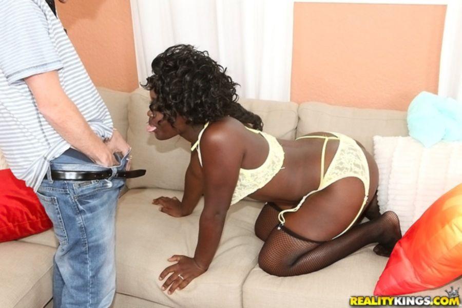 Парень дает в рот негритянке в чулках и кончает на ее лицо - секс порно фото