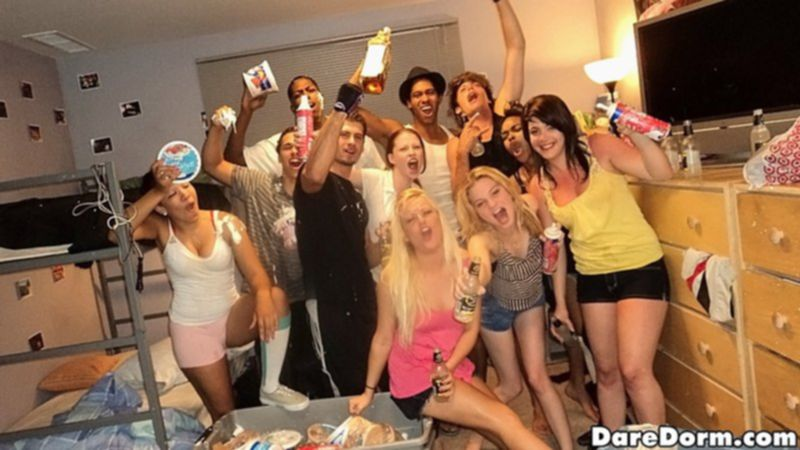 Развратные вечеринки с американскими студентками в общежитиях - секс порно фото