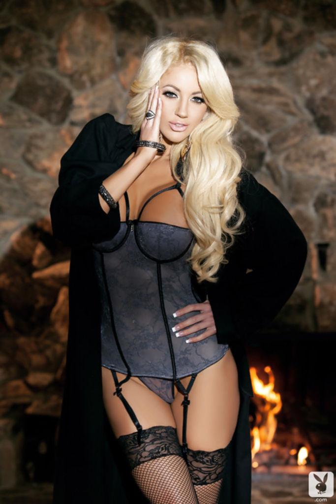 Блондинка с большими сиськами разделась у камина и легла на шкуру - секс порно фото
