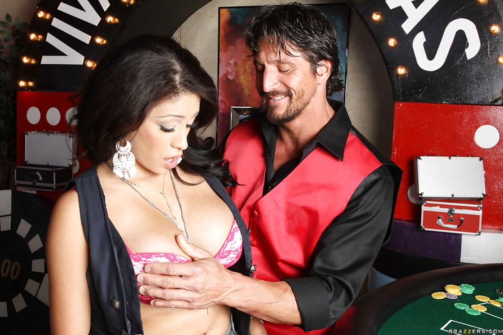 Горячая латинка в казино насаживается пиздой на член - секс порно фото