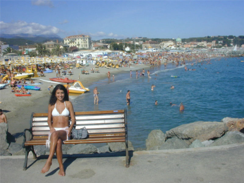 Стройная брюнетка гуляет на нудистском пляже - секс порно фото