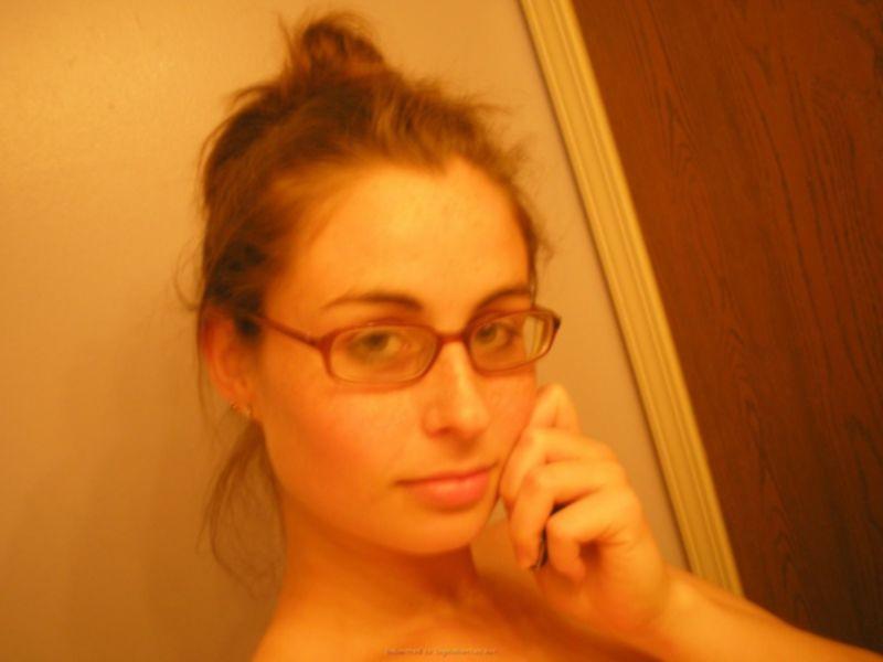 Домашнее селфи полненькой ботанши в очках - секс порно фото