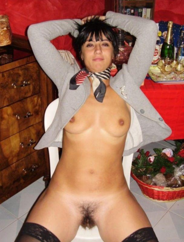 Пьяная брюнетка в чулках показывает мохнатую пизденку - секс порно фото