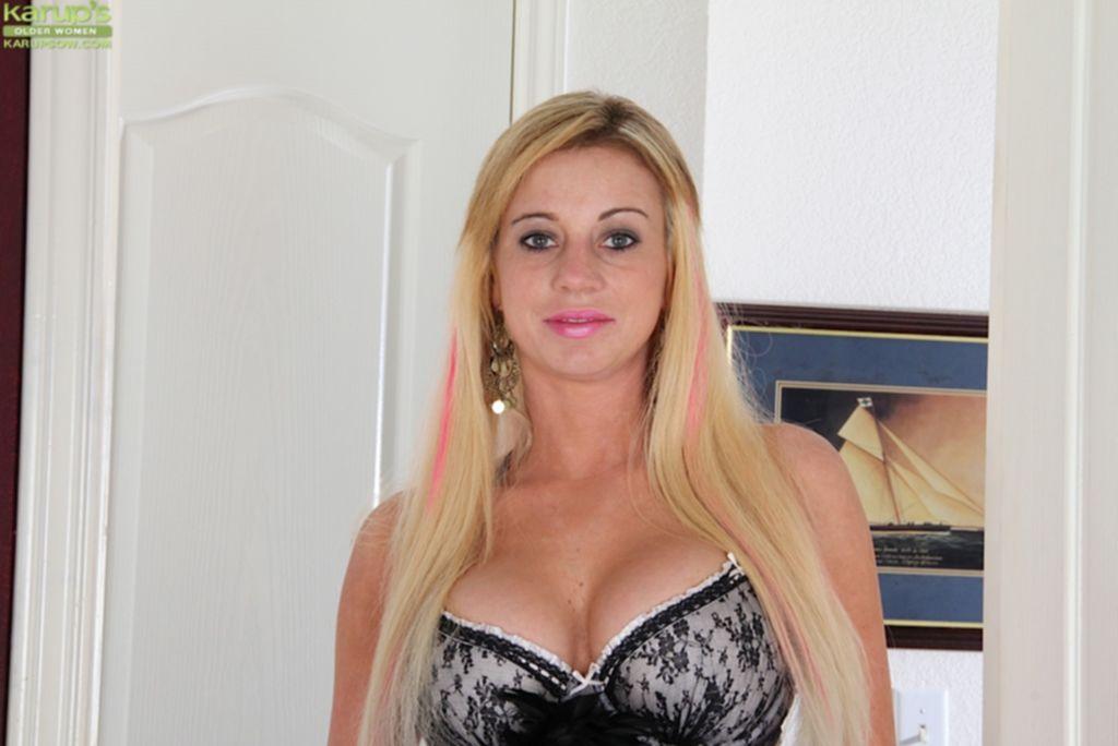Блондинка с розовыми прядями разделась во время уборки квартиры - секс порно фото