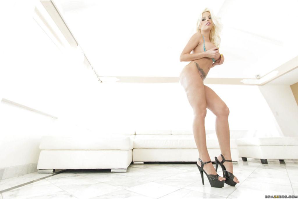 Стриптизерша снимает эро шорты и светит большой попой и сиськами - секс порно фото