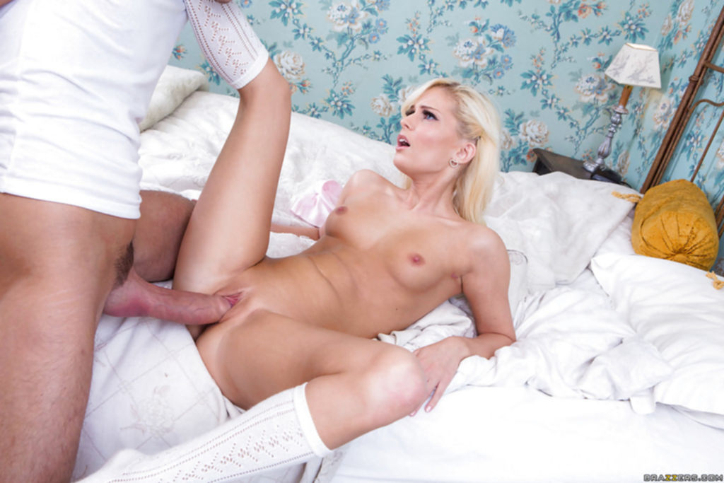 Парень трахает большим членом 18 летнюю Candee Licious - секс порно фото