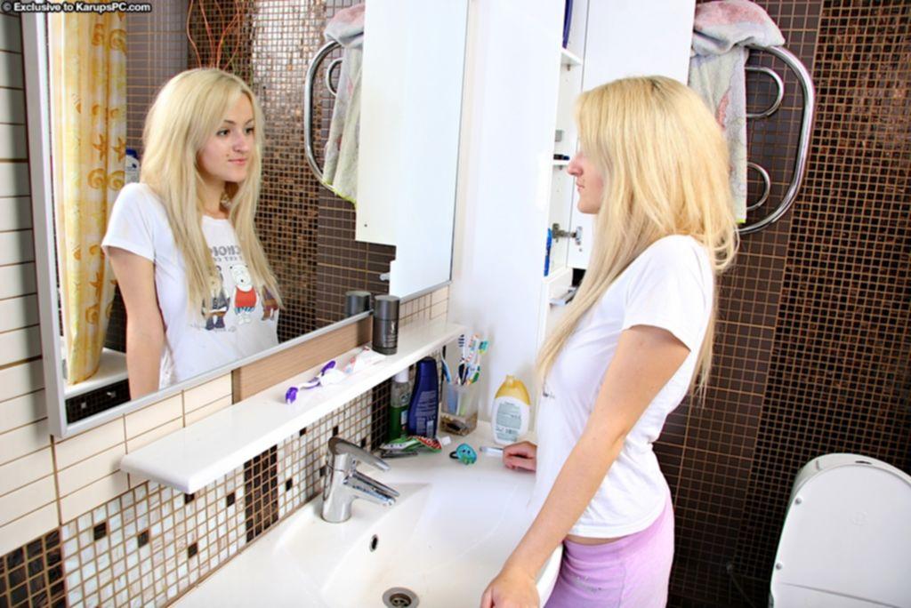 Молодая блондинка Joan Miller мастурбирует киску в душе - секс порно фото