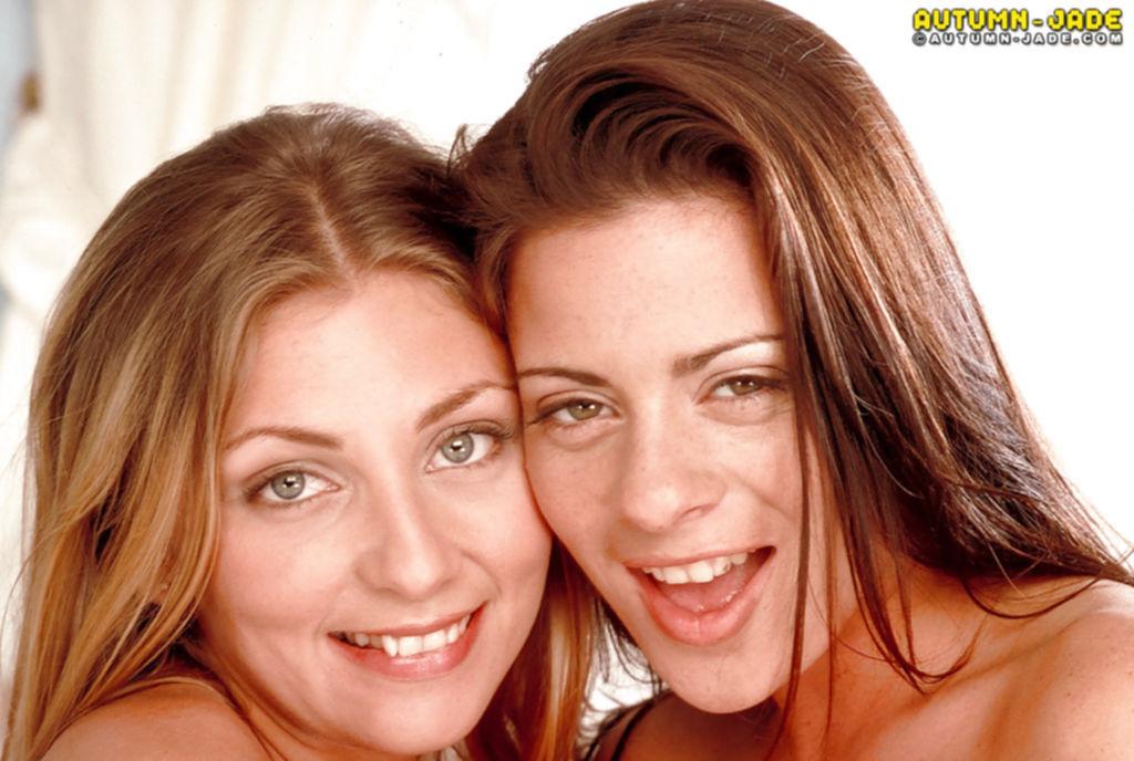 Грудастые лесбиянки в белых чулках резвятся на кровати - секс порно фото