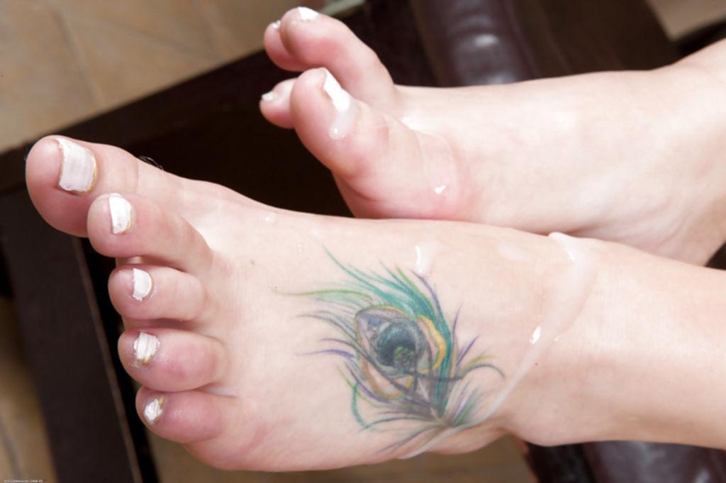 Коротко стриженная блондинка делает хахалю минет и дрочит ногами - секс порно фото